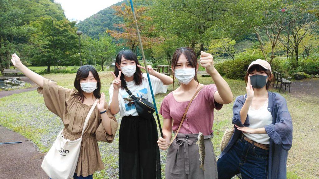 ヤマメ釣りを楽しむ女子グループ2