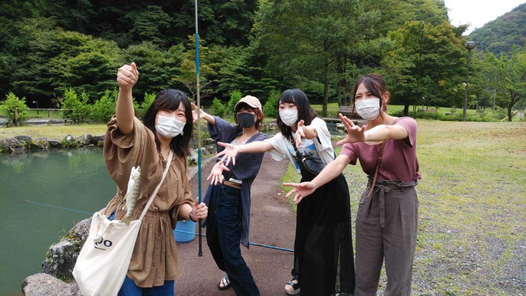 ヤマメ釣りを楽しむ女子グループ1