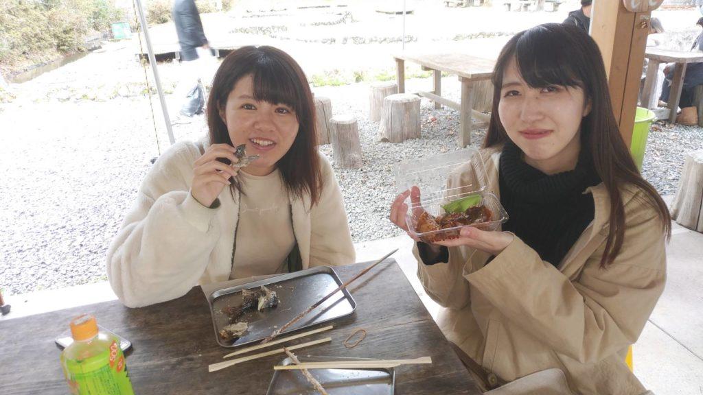 ヤマメを食べる女の子二人